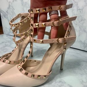 studded heeled pumps in beige